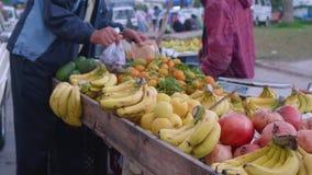 Mann verkauft Früchte auf Markt in Tanger stock video footage