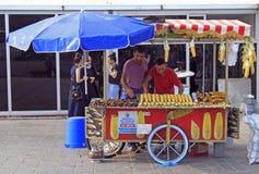 Mann verkauft gebratenen Mais und die Kastanie, die in Istanbul im Freien ist Stockbilder