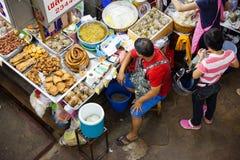 Mann verkauft Lebensmittel am Markt Lizenzfreie Stockbilder