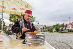Mann verkauft Osmane Macun in Edirne, die Türkei stockfotografie