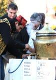 Mann verkauft türkischen Tee Stockfoto