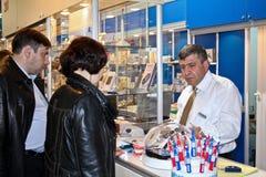 Mann verkauft zahnmedizinische Hilfsmittel Lizenzfreies Stockbild