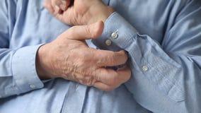 Mann verkratzt einen Hautausschlag stock video footage