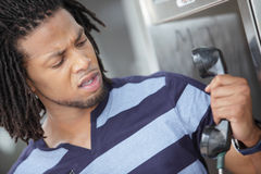 Mann verärgert am Telefon Stockfoto