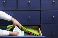 Mann versteckt ein Gehalt in den Euros in einem Fach Lizenzfreies Stockbild