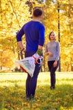 Mann versteckte einen Blumenstrauß von Rosen stockfoto