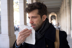 Mann verstopft mit Taschentuch Stockbild