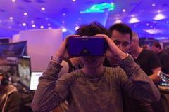 Mann versucht Kopfhörer der virtuellen Realität Stockbild