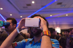 Mann versucht Kopfhörer der virtuellen Realität Stockbilder