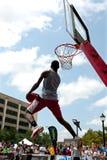 Mann versucht Rückstau Slam Dunk-Wettbewerb im im Freien Stockbild