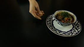 Mann-Vertretung warmes Usbekgericht stock video footage