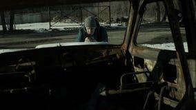 Mann vertritt Bildern rostige Fahrzeugkarosserieinnenansicht stock footage
