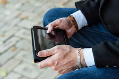 Mann verwendet Fingerspitzentablett-Reisen Lizenzfreie Stockbilder