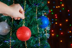 Mann verziert die Christbaumkugeln lizenzfreies stockfoto
