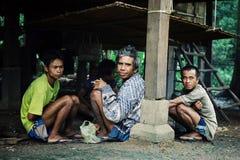 Mann vom Dorf, welches auf die Mittagshitze wartet, um sich unter einem Pfahlhausschatten zu beruhigen stockfotografie