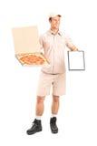 Mann vom PizzaZustelldienst, der ein Klemmbrett hält Lizenzfreie Stockfotos