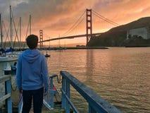 Mann von hinten das Schauen zu golden gate bridge lizenzfreies stockfoto