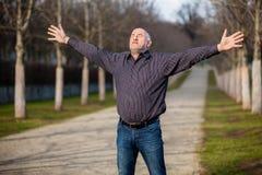 Mann von mittlerem Alter, der den Sonnenschein genießt stockbild