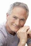 Mann von mittlerem Alter, der durch Poolporträt sitzt lizenzfreie stockfotos