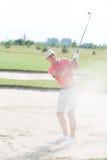 Mann von mittlerem Alter, der am Golfplatz spielt Lizenzfreies Stockbild