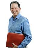 Mann von mittlerem Alter, der Mappe lokalisiert auf Weiß lächelt und hält stockfoto