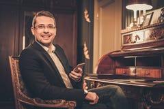 Mann von mittlerem Alter im Luxusinnenraum Stockbilder