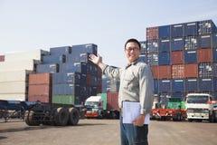 Mann vor Containerfahrzeug Stockbilder