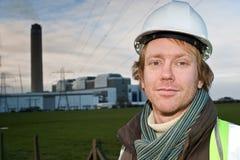 Mann vor einem Elektrizitätsgondelstiel Lizenzfreies Stockfoto