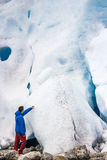 Mann vor einem Gletscher lizenzfreies stockfoto