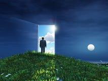 Mann vor offener Tür zum Himmel Stockfoto