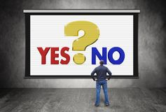 Mann vor Schirm mit großem Fragezeichen und Wahl zwischen ja und Nr. Lizenzfreie Stockbilder