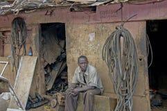 Mann vor seinem Shop, der Alart von Kabeln verkauft Lizenzfreies Stockbild