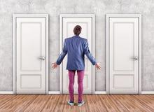 Mann vor Türen Stockfotografie