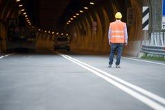 Mann vor Tunnel stockfoto