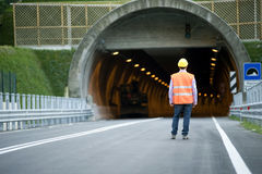 Mann vor Tunnel stockbilder