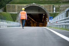 Mann vor Tunnel lizenzfreies stockbild