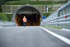 Mann vor Tunnel lizenzfreie stockbilder