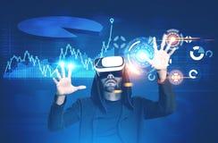 Mann in VR Gläsern, Diagrammen und HUD Lizenzfreie Stockfotos