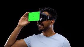 Mann in vr Gläsern oder im Kopfhörer der virtuellen Realität stock video footage