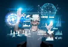 Mann in vr Gläsern und in glühenden Diagrammen Lizenzfreie Stockfotos