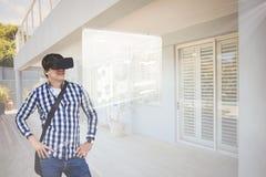 Mann in VR-Kopfhörer, der Schnittstelle betrachtet Lizenzfreies Stockfoto