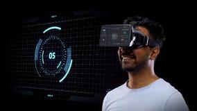 Mann in vr Kopfhörer mit Projektion des virtuellen Schirmes stock video footage