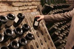 Mann wählt Wein lizenzfreies stockfoto