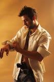 Mann während des Kleidens Stockfotografie