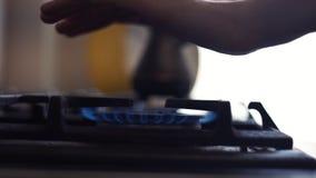 Mann wärmt seine Hände über der Flamme eines Gasherds stock video footage