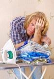 Mann wünscht nicht bügelnde Kleidung Stockbild