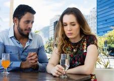 Mann wünscht Verzeihen von der traurigen Frau lizenzfreie stockfotos