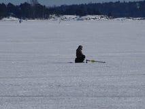 Mann wartet, dass die Fische kommen, etwas Lebensmittel zu erhalten Lizenzfreie Stockfotos