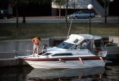 Mann-waschendes Boot Stockbild