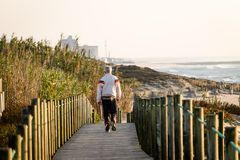 Mann-Wege auf Promenade lizenzfreies stockfoto